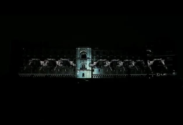 Презентация Lexus на фасаде Château de Saint-Germain-en-Laye.