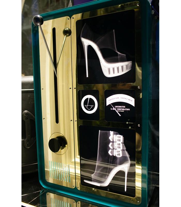 Рентгеновская витрина в бутике Christian Louboutin.