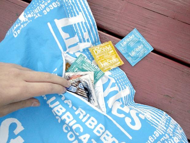Condom Pillow: подушка с презервативом.