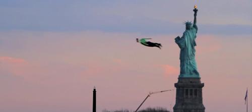 Летающие люди в небе Нью-Йорка.
