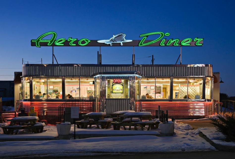 John D. Woolf. Ночная дорога: фотографии придорожных закусочных.