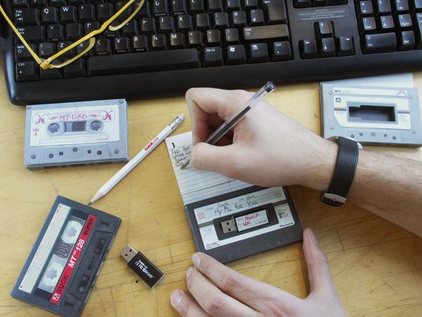 Сборники музыки на USB-флешке.