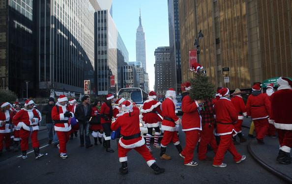 SantaCon в Нью-Йорке.New Yorkers Dress Up As Santa For