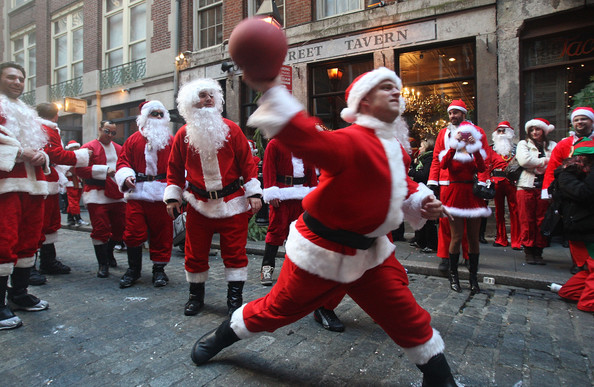 SantaCon в Нью-Йорке.New Yorkers Dress Up As Santa For