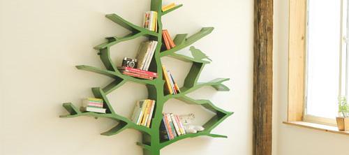 Полка для книг в виде дерева.
